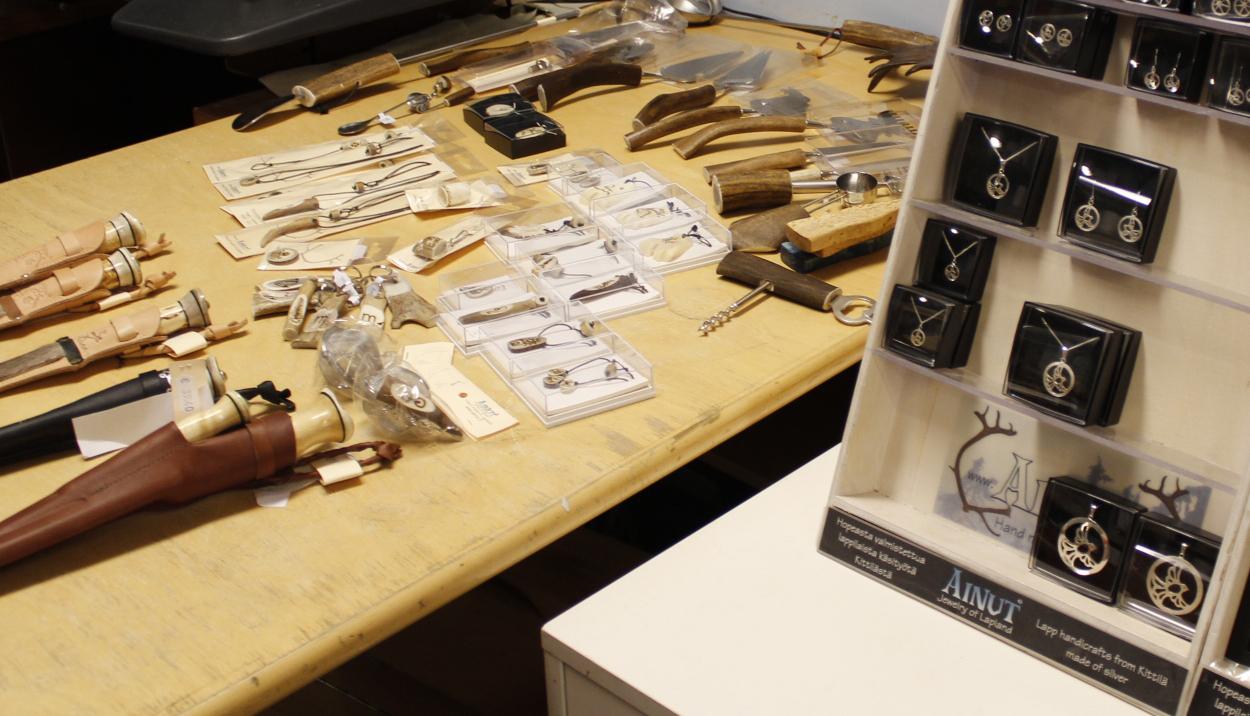 Ainut tekee koruja ja pienesineitä hopeasta, puusta ja poronluusta.