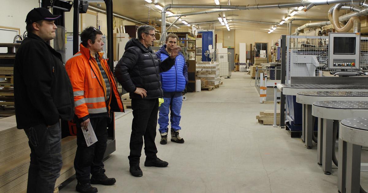Puusepänliike Hangasvaaran tuotantohallilla.