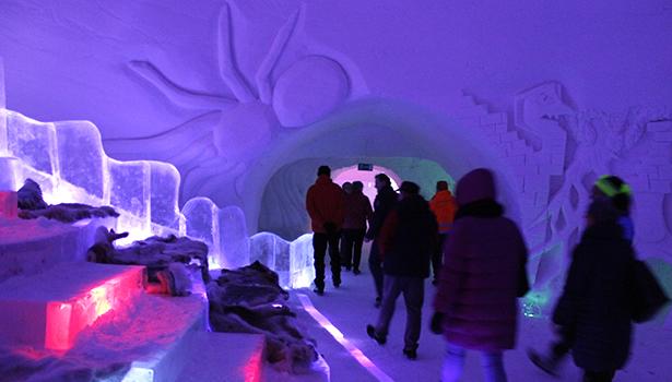 Luvattumaan jäägalleriassa nähtiin upeita lumi- ja jääveistoksia.
